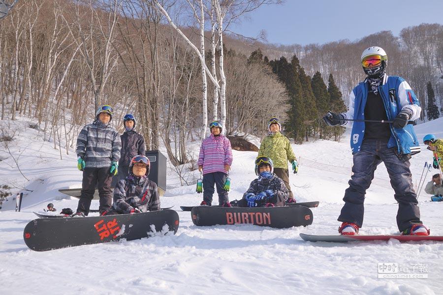 明新科大運管系與高豐運動網產學合作開設滑雪課,送學生移地日本實地滑雪訓練。(校方提供)