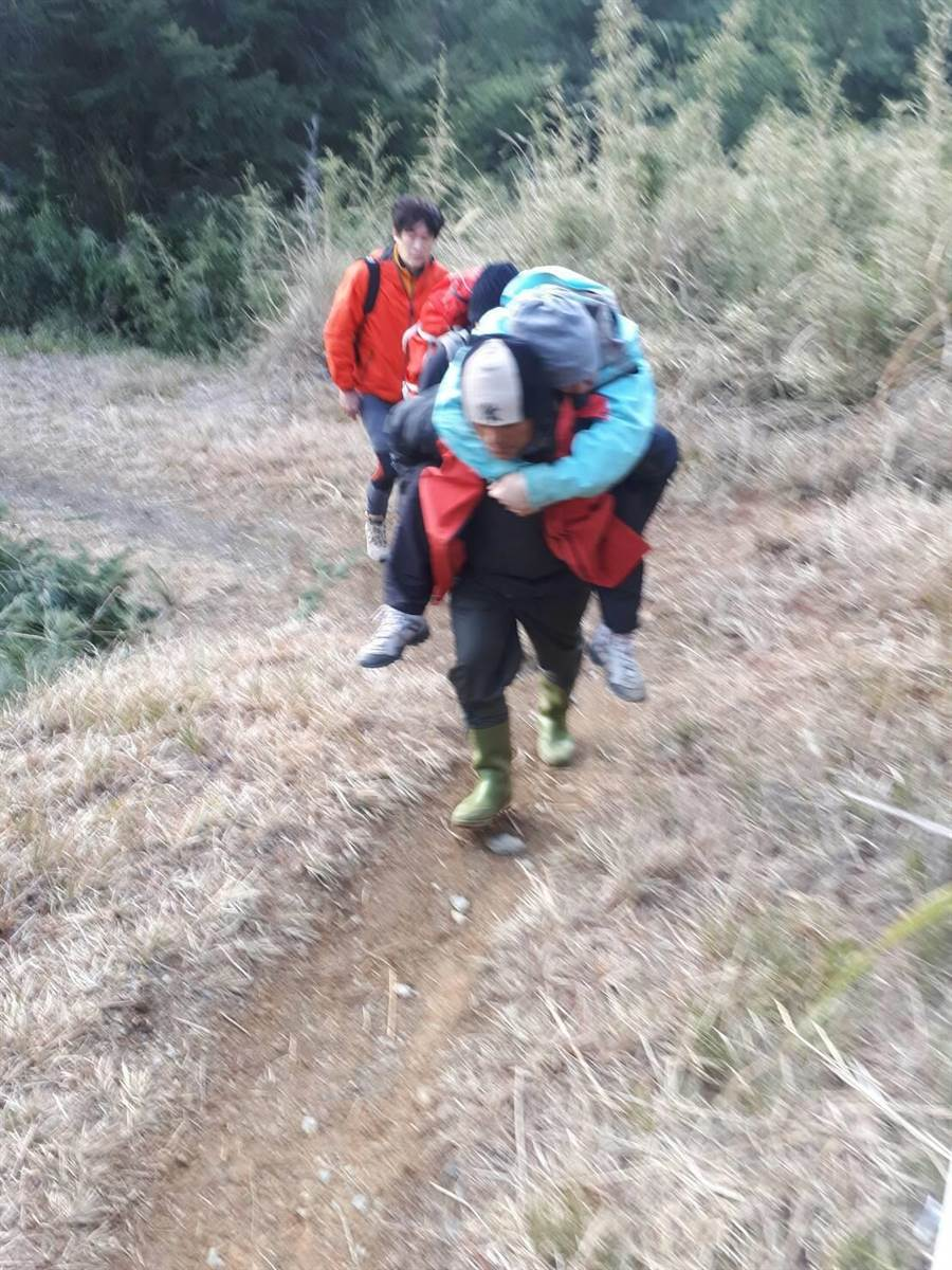 同行山友先將受傷的廖姓女山友背到九九山莊安置,等待直升機救援。(李佳玲翻攝)