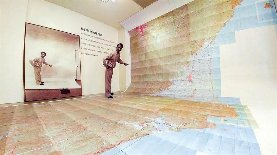 《陳定南的地圖特展》還原陳定南擔任宜蘭縣長時,縣長辦公室裡的巨幅地形圖。(李忠一攝)