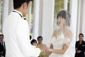 親友見證「香草戀」 香蕉哥哥、草莓姐姐沖繩教堂完婚