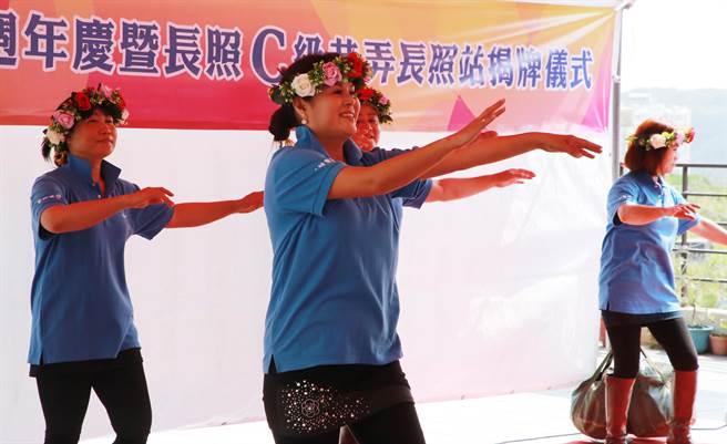 基隆市政府於今(19)日在伊甸基隆區進行C級長照站的開幕儀式,地方媽媽們在場勁歌熱舞。(基隆市政府提供)