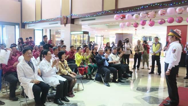 彰濱秀傳醫院上午捐出9部健身器材給彰化縣消防局。(謝瓊雲攝)