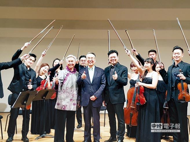 施振榮夫婦參與灣聲樂團名人系列音樂會,推廣台灣音樂。