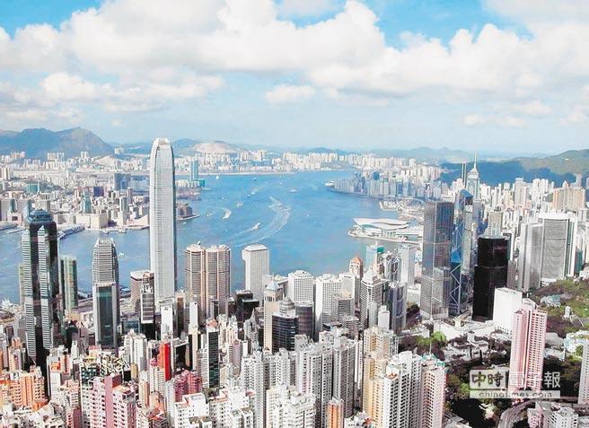 香港深水灣區居住的多是大陸超級富豪。圖為從太平山頂俯瞰香港維多利亞港。(新華社)