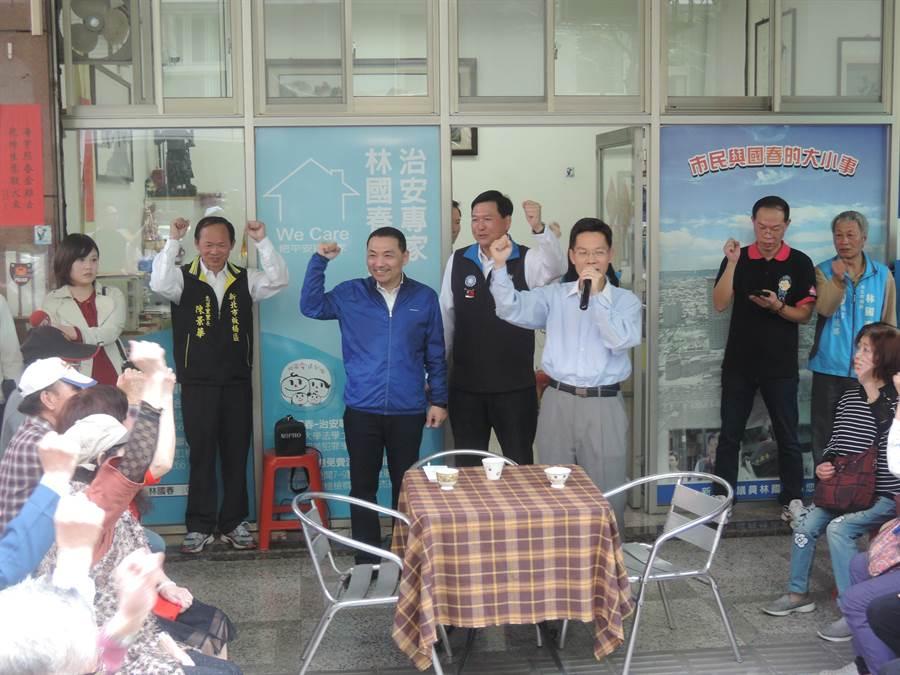 侯友宜上午拜會林國春,現場民眾為2位參選人加油。(王揚傑攝)