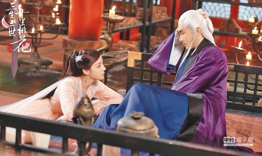 迪麗熱巴(左)飾演的「白鳳九」與高偉光飾演的「東華帝君」,頗受觀眾喜愛。