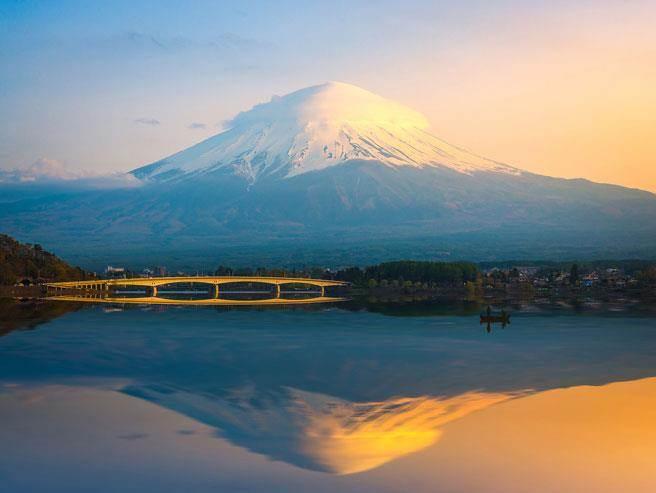 圖為從河口湖眺望富士山的夕照美景。(達志影像/shutterstock)