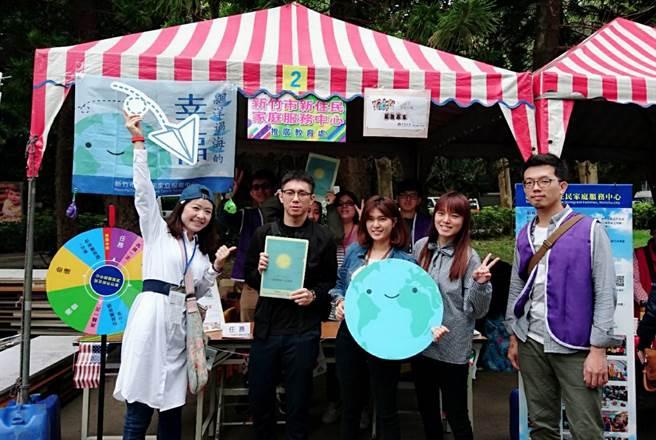 中華大學為歡慶28周年校慶,推廣教育處與新竹市新住民家庭服務中心共同合辦「愛心滿校園─新住民親子公益野餐音樂同樂會」。(陳育賢攝)