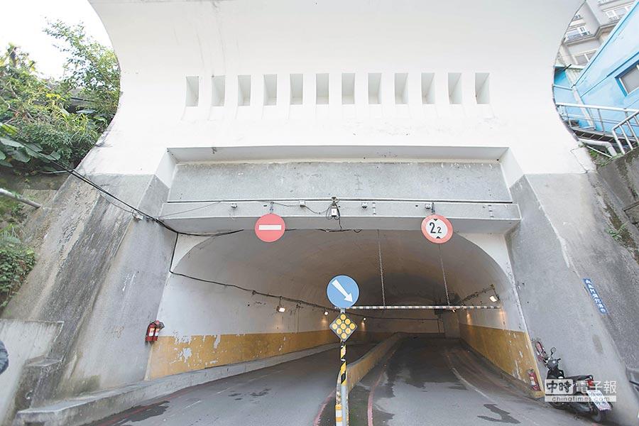 基隆市中山區「大船入港」迴車塔內部路面破損,市長林右昌宣布將在清明連假後進行全面刨鋪作業。(基隆市政府提供)