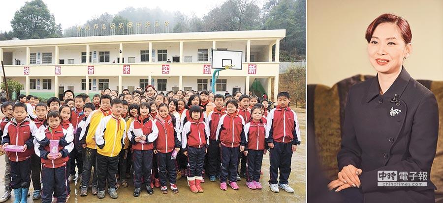 鄺美雲探望在大陸捐助建造的小學師生。(新華社資料照片)