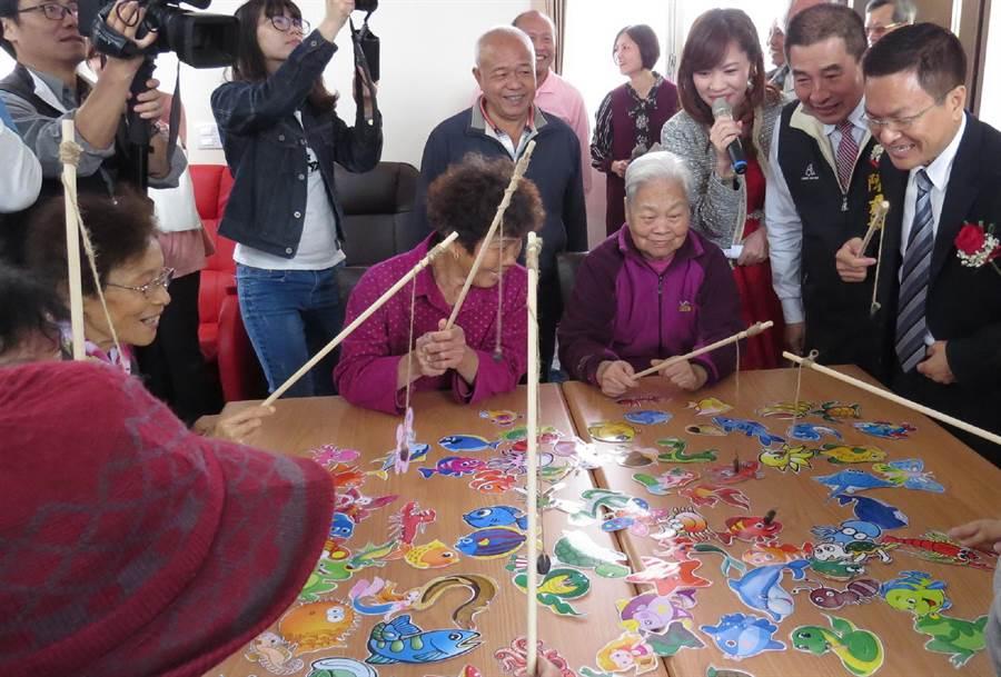 魏明谷21日出席田尾日照中心開幕,與老人家玩開了。(鐘武達攝)