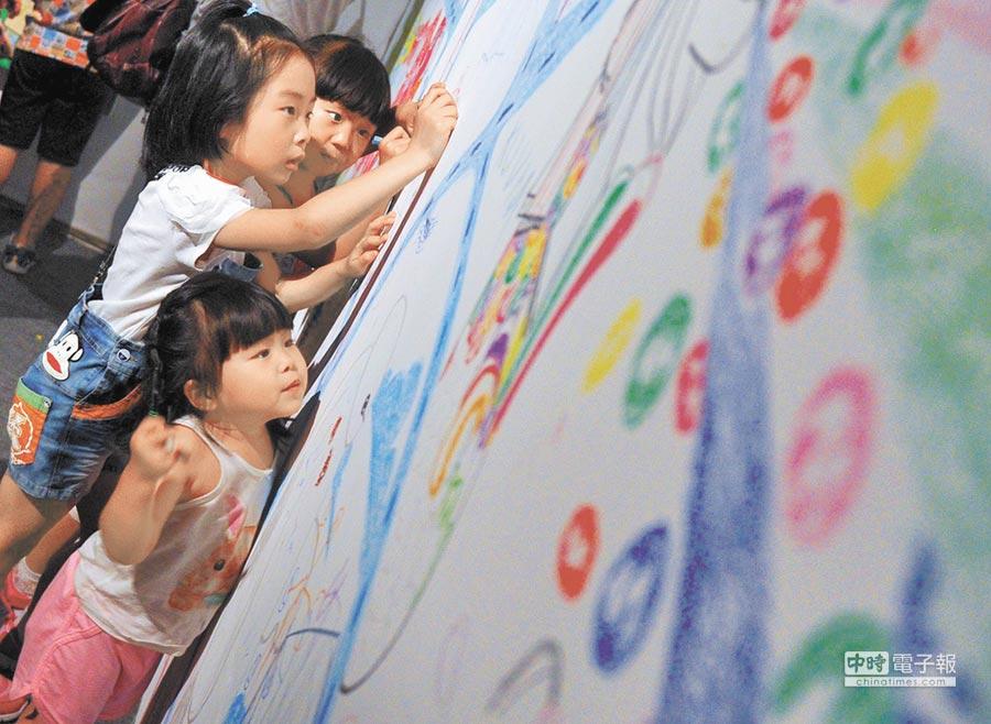 北京798藝術區國際兒童藝術周上幾名小朋友在啟動儀式上作畫。(新華社資料照片)