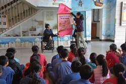 身障校友王育才 當中醫師回校捐書10年超過1500本