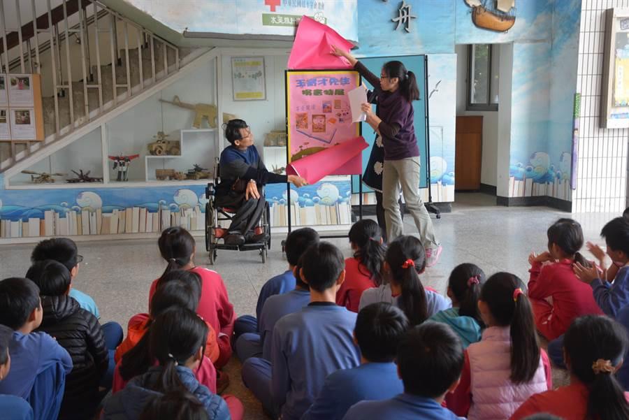 身障中醫師王育才連續10年回校捐書,捐贈超過1500本新書共30萬元以上,校方邀請他回校參加活動。(程炳璋攝)