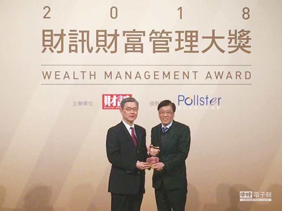 凱基證券勇奪財富管理大獎,由副總經理高永昇(右)代表領獎。圖/業者提供