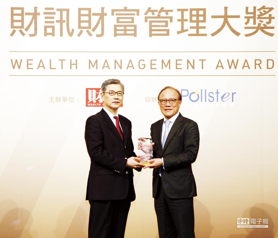 元大證獲頒最佳財管5大獎,總經理陳麒漳(右)代表領獎。圖/元大證提供