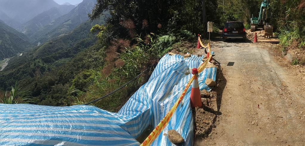 攀登西巒大山之聯外道路信義鄉人倫林道,因部分路段路基坍方或邊坡崩塌,亟需補強改善,30日起封路整修1個月。(沈揮勝攝)