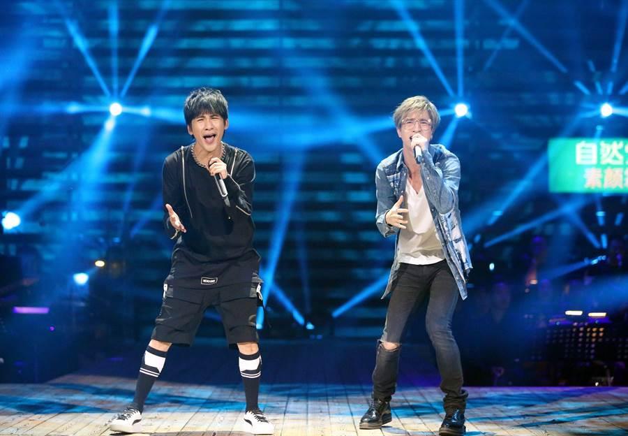 薛之謙(右)與大張偉(左)同台飆唱。(圖片提供:中天)