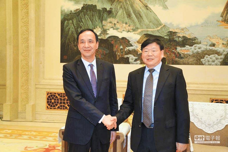 江蘇省委書記婁勤儉(右)22日與新北市長朱立倫會面,討論兩地的交流。(新北市政府提供)