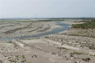 大甲溪高灘耕地崩10公頃 農民控政府蓄意「放水流」