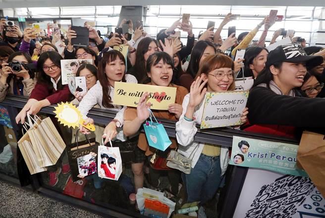 大批粉絲興奮地前來接機。(范揚光攝)