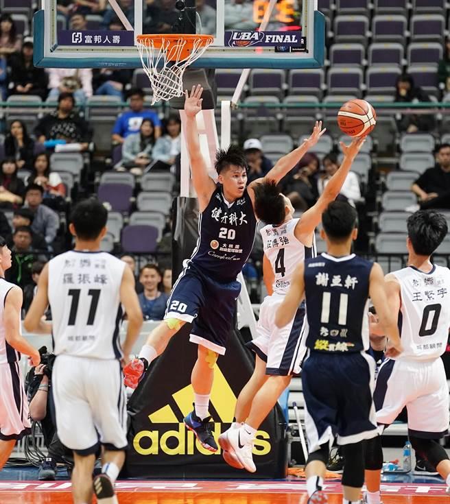 陳冠毅(防守)攻下全隊最佳22分、6籃板。(大專體總提供)