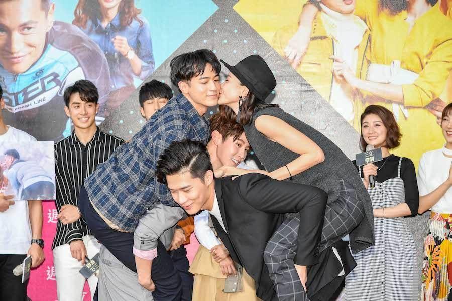 鍾瑶、小樂表演「自行車之吻」。(三立提供)