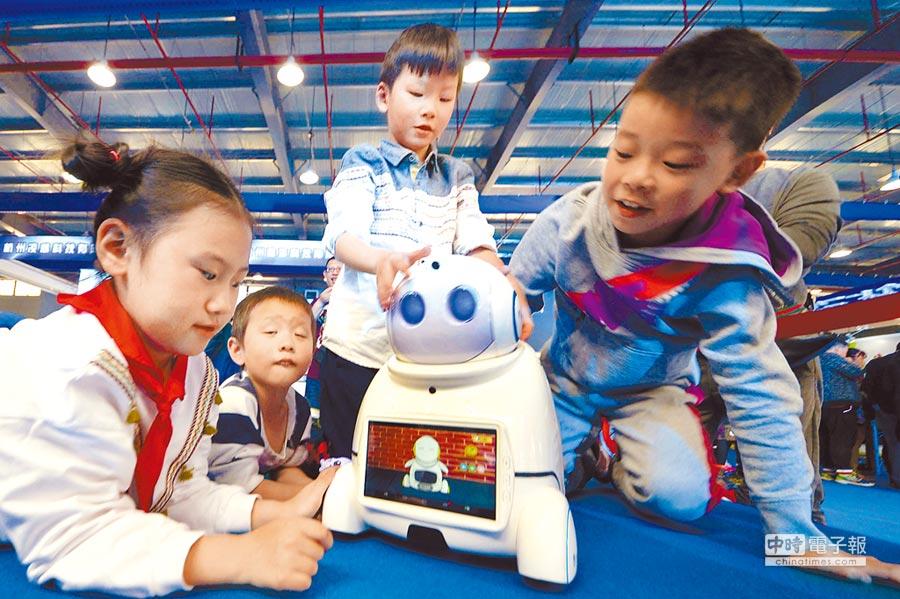杭州舉辦人工智慧博覽會,小朋友與機器人互動。(新華社)