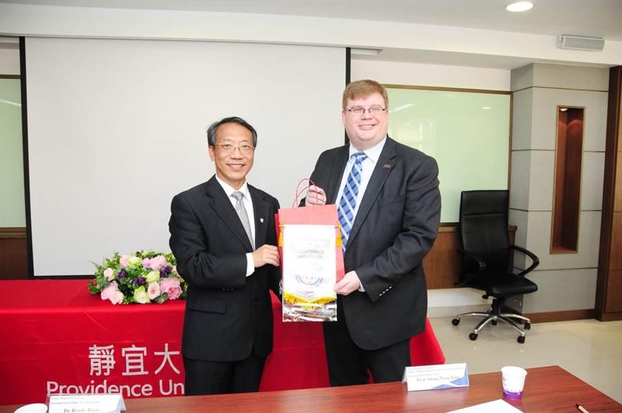 靜宜大學校長唐傳義(左)與達拉斯浸信會大學副校長Randy Byers共同簽署「雙聯學制」協議書。(陳世宗攝)
