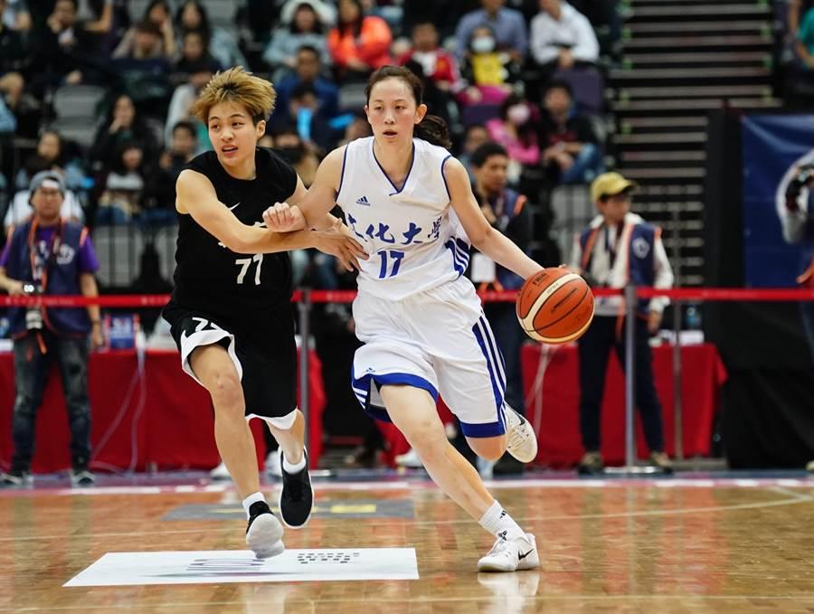 黃鈴娟(右)在亞洲盃女籃賽小組賽與日本一戰狂飆三分,可惜未能助隊護勝。(資料照/大專體總提供)