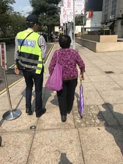 一步一腳印 警守護迷失老人與家人團聚