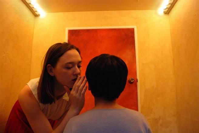 河床劇團作品《開房間計劃:腹語術》,打破觀眾與表演者之間的界線,演員在特殊打造的木箱空間裡,和觀眾近距離互動。(河床劇團提供)