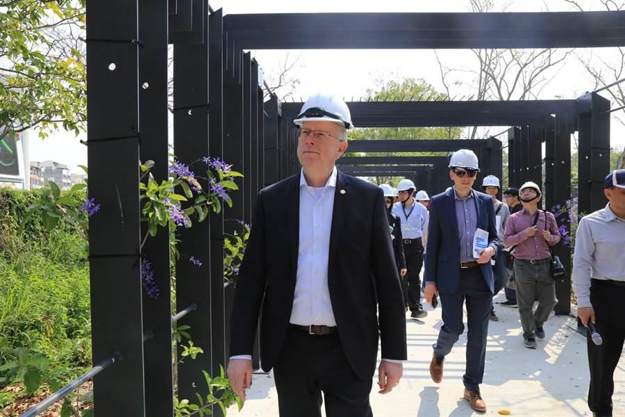 AIPH會長Bernard Oosterom視察台中花博展館工程進度。(王文吉攝)