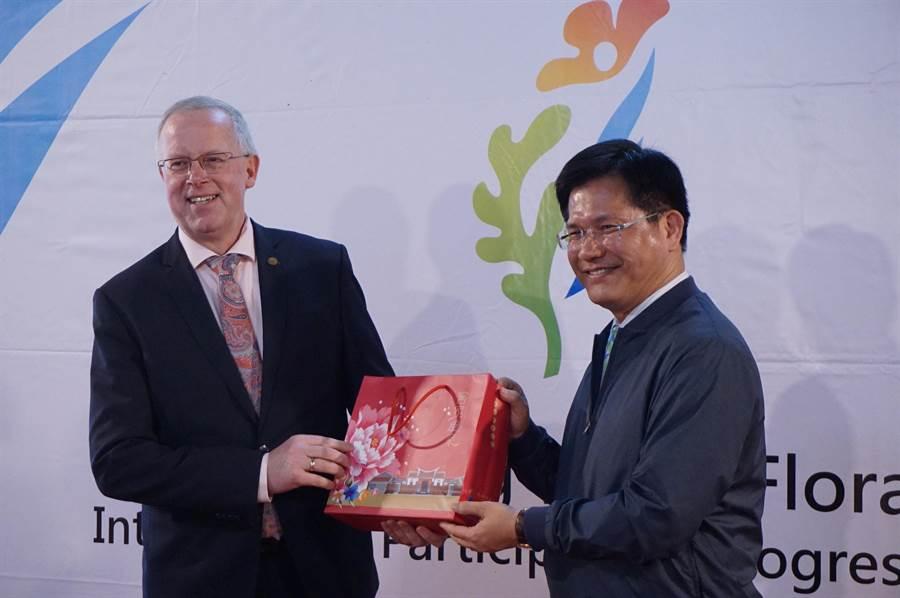 台中市長林佳龍(右)與AIPH會長Bernard Oosterom互贈禮品。(王文吉攝)