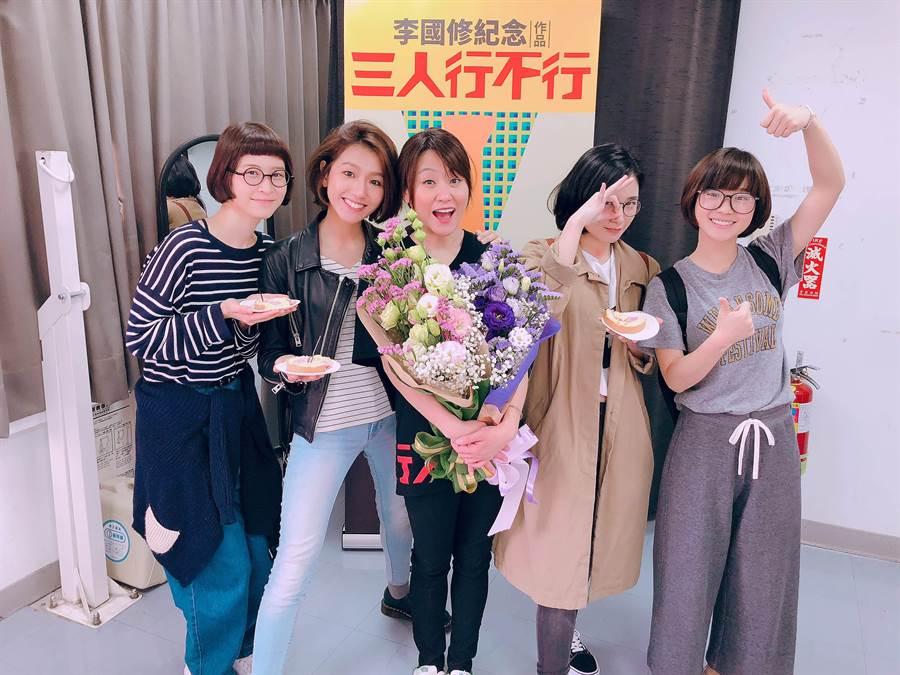 花甲女孩們江宜蓉(左起)、林意箴、葉辰莛、嚴正嵐來為姑姑海裕芬捧場。(海裕芬工作室提供)