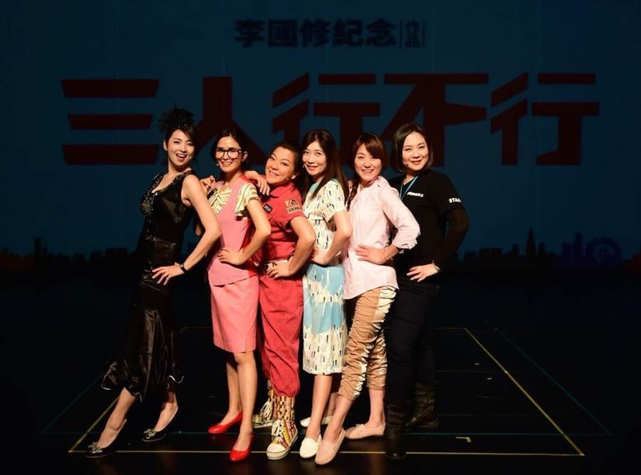 導演黃毓棠(右)和《三人行不行》的女主角們。(海裕芬工作室)