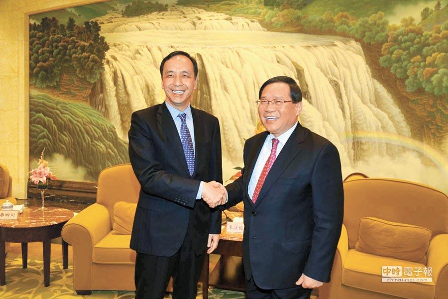 新北市長朱立倫(左)25日與上海市委書記李強(右)會面,雙方交流城市治理經驗。(葉德正翻攝)