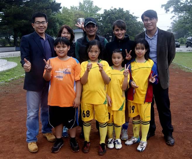 Conti董事長楊惟(後排左起)、潘彥昕媽媽和爸爸和校長呂俊宏。(Conti提供)
