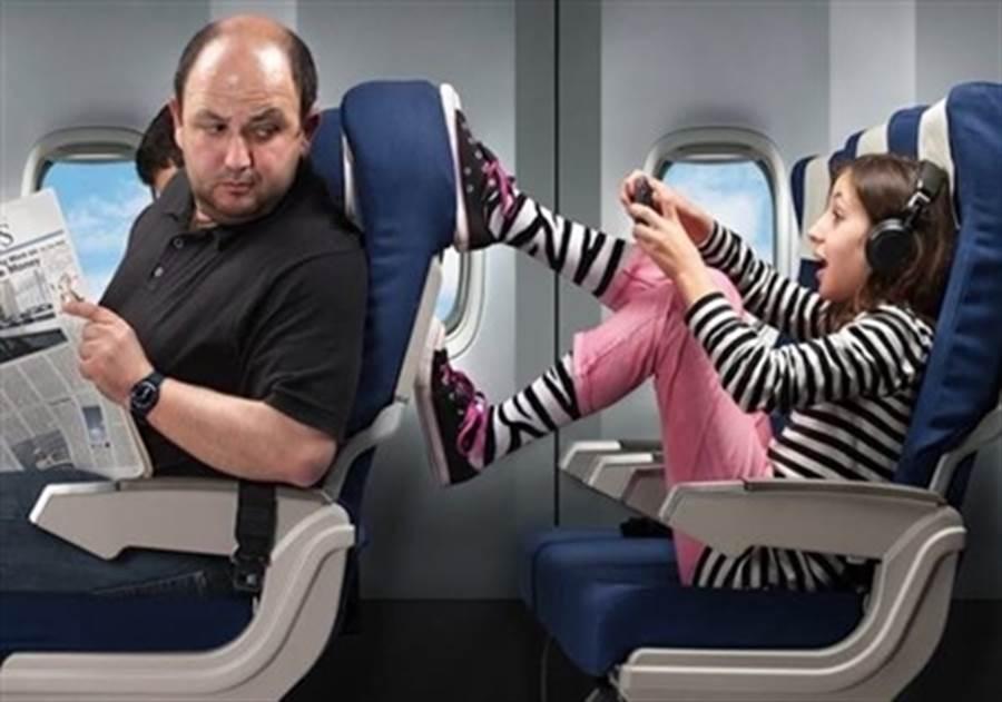 DailyView網路溫度計今公布網友最討厭在飛機上遇到的十件事排行榜,其中「位子小到懷疑人生」奪冠。翻攝DailyView網路溫度計