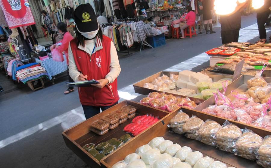 花蓮縣衛生局稽查發現2件市售潤餅皮含訪腐劑,共銷毀8.7公斤。(許家寧翻攝)