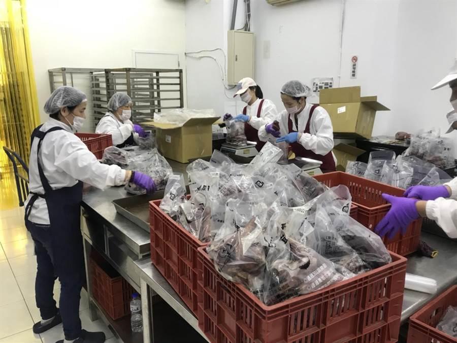 「宜蘭瓜哥」從昔日只有5坪大的地瓜攤,如今在基隆已成立屬於自己的地瓜工廠,旗下員工們紛紛忙著裝袋。(張穎齊攝)