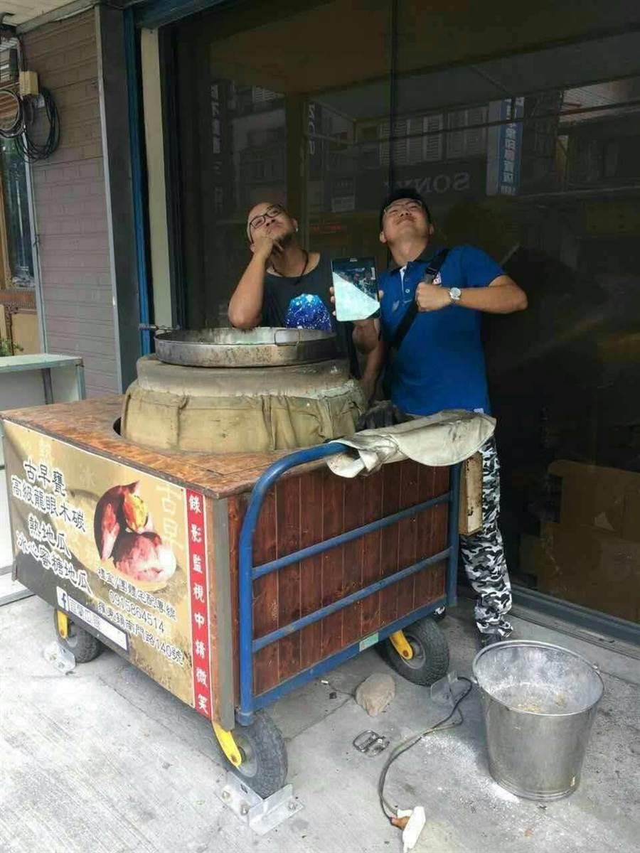 「宜蘭瓜哥」吳彥霆(左)2年前還在宜蘭擺攤賣地瓜,當時的他因為被親友都瞧不起,令他決心鑽研地瓜,並找來許多合作夥伴,打造出自己的個人品牌。(張穎齊翻攝)