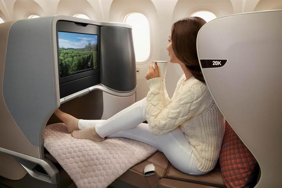 新航787-10全新商務艙座椅可調整成全平躺的睡床,非常舒適。(圖/新航)