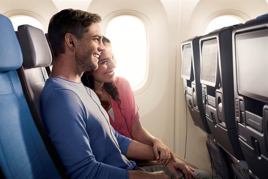 旅客搭新航787-10客機經濟艙可在個人的11.6英吋Full HD觸控式螢幕上,觀看KrisWorld銀刃世界提供之上千部的電影。(圖/新航)