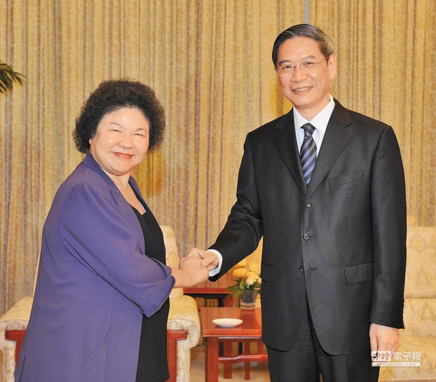 民進黨籍高雄市長陳菊(左)曾在天津會見當時的國台辦主任張志軍(右),陳菊當時也沒有報備。(新華社資料照片)
