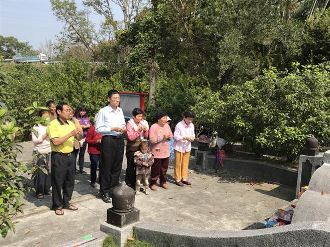 清明節慎終追遠,台南市文化資產管理處近日展開祭拜古墓。(台南市文化資產處提供)