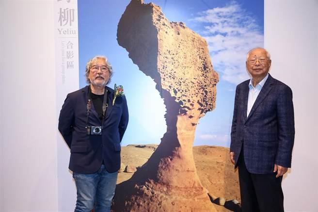 攝影師麥可山下(左起)與新光三越董事長吳東興,今在吳東興2017年拍攝的女王頭作品前為聯展揭開序幕。(蘇蔓攝)