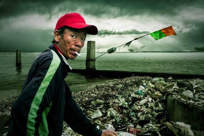 新光三越國際攝影大賽得獎作品展,首獎林誌聰5張作品之一的「海灘危機」,沙灘上積滿垃圾帶給人省思。(新光三越提供)
