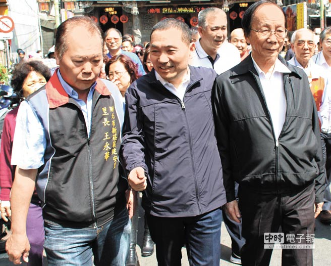 新北市長參選人侯友宜28日前往新莊,拜會市議員黃林玲玲,尋求居民支持。(曾百村攝)