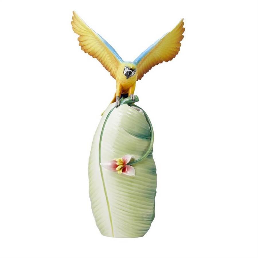 法藍瓷英姿煥發藍黃金剛鸚鵡瓷瓶,2萬元。(法藍瓷提供)